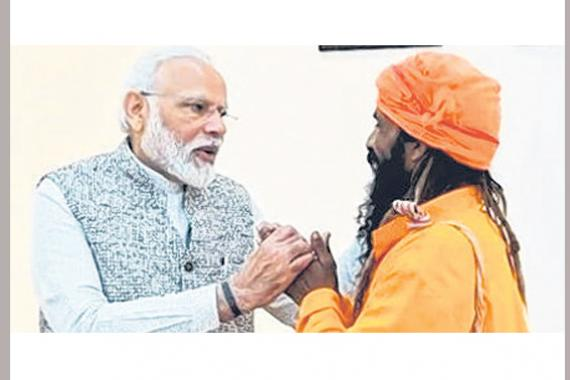 பிரதமருடன் ரிக்ஷா ஓட்டுநர் மங்கள் கேவத்.   படம்: ஊடகம்
