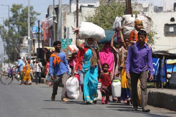 இந்தியாவில் 21 நாட்களுக்கு ஊரடங்கு விதிக்கப்பட்டதையடுத்து, வெளி மாநிலங்களில் வேலை செய்தவர்கள் சொந்த ஊர்களை நோக்கி நடந்தே செல்லத் துணிந்தனர். படம்: இபிஏ