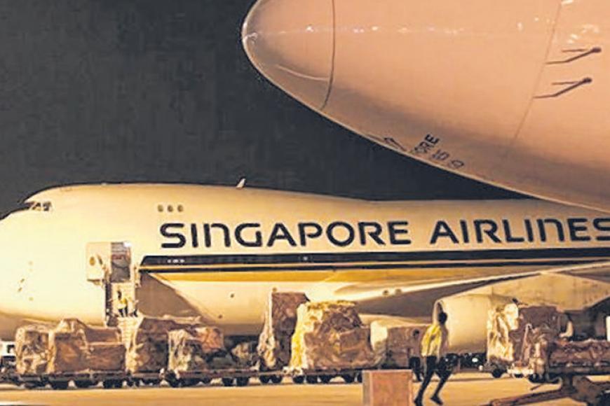 சாங்கி விமான நிலையத்தில் நிறுத்தி வைக்கப்பட்டுள்ள சிங்கப்பூர் ஏர்லைன்சின் போயிங் 747 சரக்கு விமானம். கோப்புப் படம்: ஸ்ட்ரெய்ட்ஸ் டைம்ஸ்