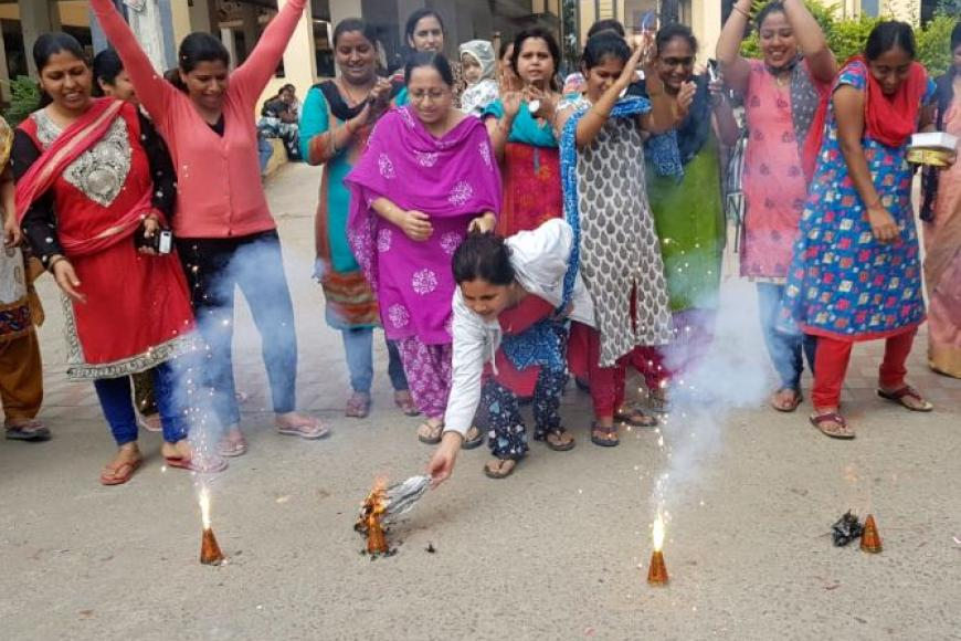 மருத்துவரை எரித்துக் கொன்ற அதே இடத்தில், கைதான நால்வரும் 'என்கவுன்டர்'; கொண்டாடிய பெண்கள்