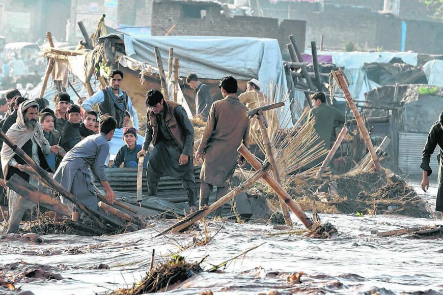 மும்தாஜ் காத்ரிக்கு மரண தண்டனை நிறைவேற்றப்பட்டதையடுத்து அவரின் ஆதரவாளர்கள் ஓர் நெடுஞ்சாலையில் மறியல் போராட்டத்தில் ஈடுபட்டுள்ளனர். படம்: ஏஎஃப்பி