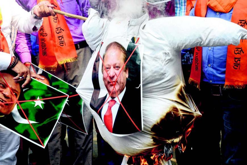 பாகிஸ்தான் பிரதமர் நவாஸ் ஷெரிப்பின் உருவ பொம்மையை எரிக்கும் இந்திய அரசியல் கட்சியினர். படம்: ஏஎஃப்பி