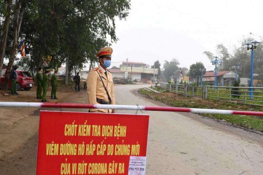 வியட்னாம் தலைநகர் ஹனோய்க்கு அருகில் உள்ள கிராமங்களில் 10,000 பேர் தனிமைப்படுத்தப்பட்டுள்ளனர்.  படம்: ஏஎப்பி